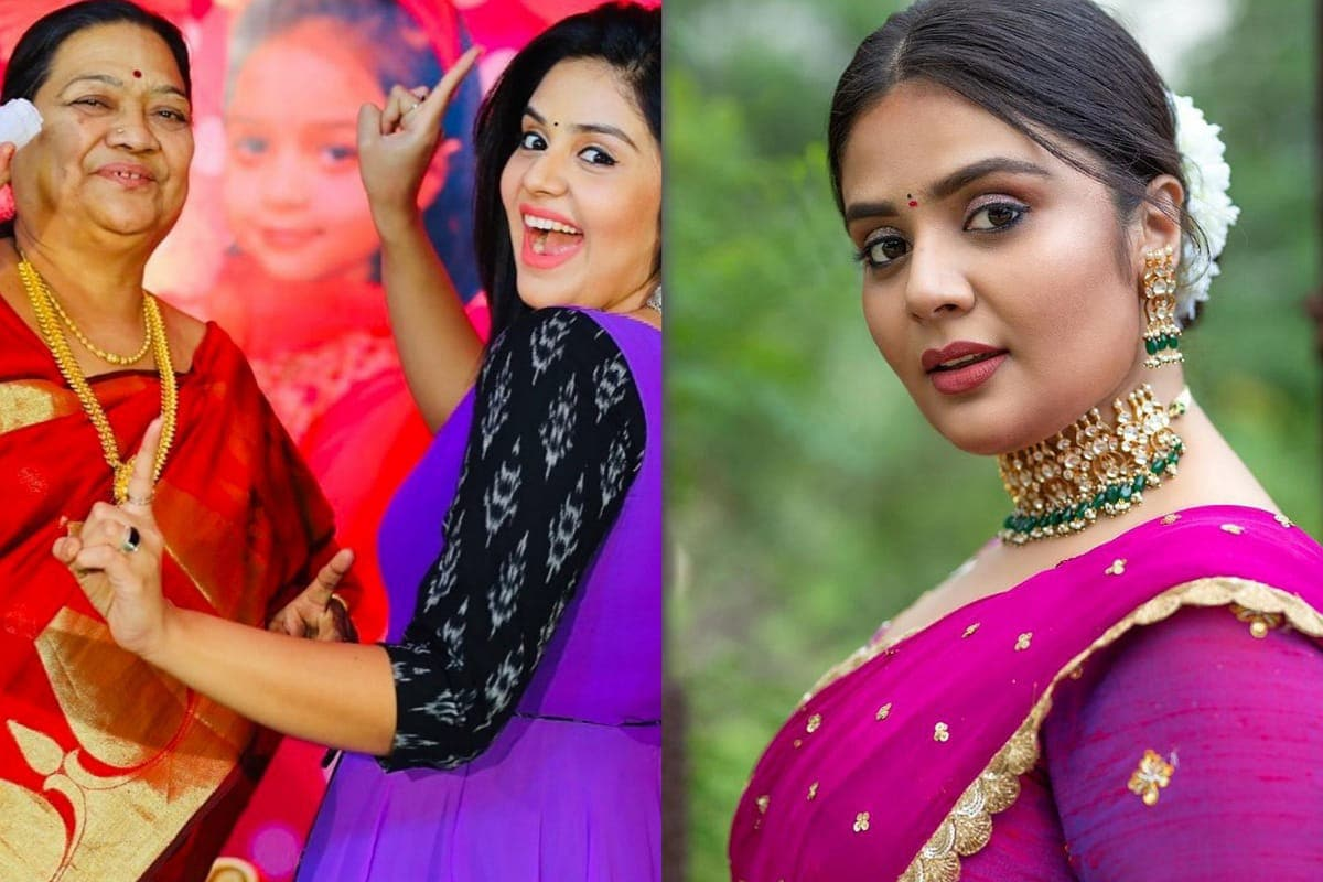 Sreemukhi Emotional About Her Grand Mother is Died